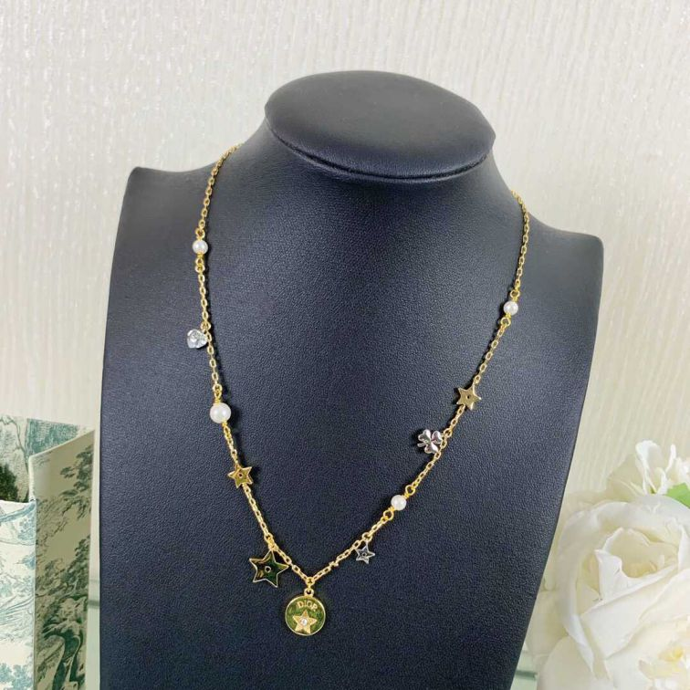19 CD BEE NECKLACE